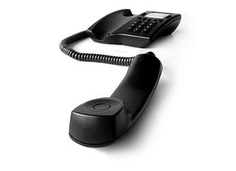 Imagem de um telefone preto fora do gancho
